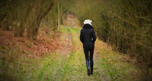 perempuan berjalan