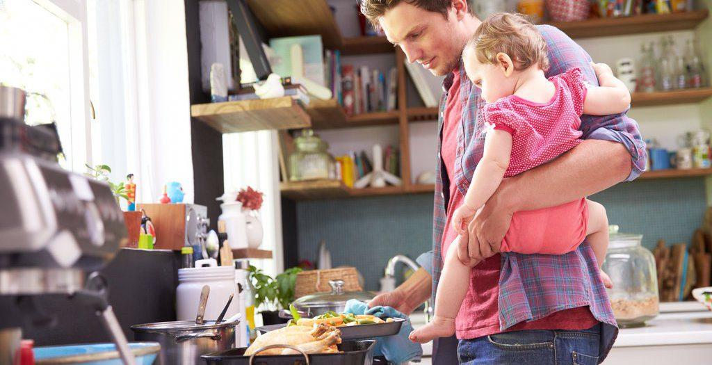 Laki-Laki Berbagi Peran Domestik